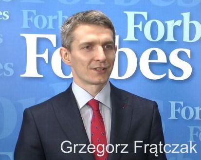Grzegorz Frątczak na tle Forbes